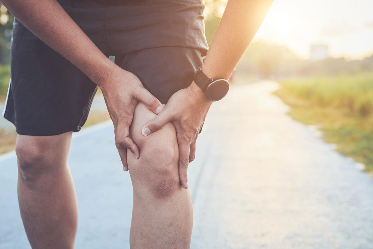 Man running with knee pain